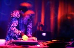 DJ bij de draaischijven Stock Afbeeldingen