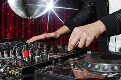 DJ bij nachtclubpartij Stock Fotografie