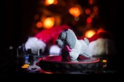 Dj-blandare med hörlurar på mörk nattklubbbakgrund med helgdagsafton för nytt år för julgran Stäng sig upp sikt av beståndsdelar  Fotografering för Bildbyråer