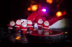 Dj-blandare med hörlurar på mörk nattklubbbakgrund med helgdagsafton för nytt år för julgran Stäng sig upp sikt av beståndsdelar  Royaltyfri Fotografi