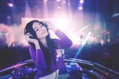 DJ bonito que disfruta de música en el club nocturno Foto de archivo libre de regalías
