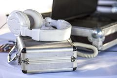 Dj bordlägger för att gifta sig med hörlurar, resväskor och bärbara datorn Arkivfoto