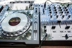 Dj CD播放器和搅拌机 免版税图库摄影