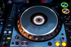 Dj CD播放器和搅拌机 免版税库存照片
