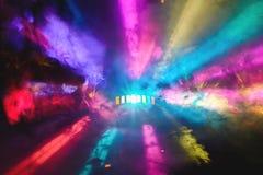 DJ colorido va de fiesta luces y el recubrimiento de la niebla de plena pantalla imagenes de archivo
