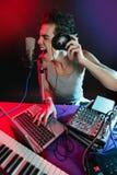 DJ com luz colorida e equipamento de mistura da música fotos de stock