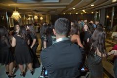 DJ com os fones de ouvido no partido do clube noturno sob a multidão colorida da luz e dos povos no fundo DJ no partido aberto de fotos de stock royalty free