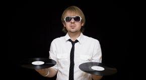 DJ con estilo con los expedientes de vinilo Imagenes de archivo