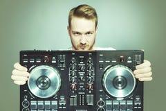 DJ con la consola para la presentación de mezcla sana en estudio imagen de archivo