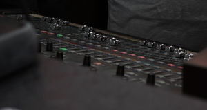 Dj-conrollerstationt i klubban Arkivbild