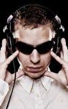 DJ considerável nos óculos de sol com auscultadores Imagem de Stock