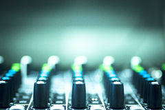 DJ consuela el club nocturno de mezcla del partido de la música de la casa de Ibiza del escritorio Fotografía de archivo