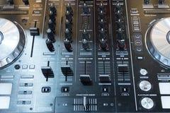 DJ consuela el partido de mezcla de la música del escritorio del disc jockey cd mp4 en club nocturno Foto de archivo