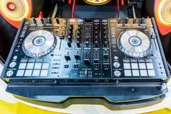DJ consuela el partido de mezcla de la música del escritorio del disc jockey cd mp4 en club nocturno Fotografía de archivo