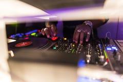 DJ consuela la mezcla Imagen de archivo libre de regalías