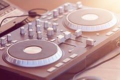 DJ consuela, lector de cd y mezclador en club nocturno Imagen de archivo libre de regalías