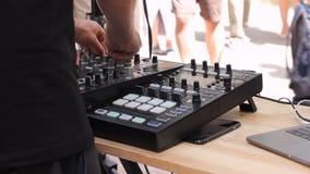 DJ da música de danza de la mezcla con el mezclador al aire libre en mayo en Vilna Día de la música de la calle HD almacen de metraje de vídeo