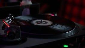DJ, das auf der Aufzeichnung spielt stock video