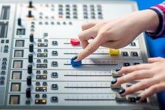 DJ, das an dem Radio arbeitet Lizenzfreie Stockfotos