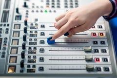 DJ, das an dem Radio arbeitet Lizenzfreies Stockfoto
