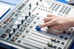 DJ, das an dem Radio arbeitet Stockfotografie