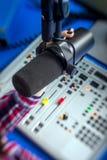 DJ, das an dem Radio arbeitet Stockfotos