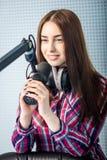 DJ, das an dem Radio arbeitet Lizenzfreies Stockbild
