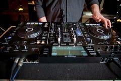 DJ, das Disco spielt, bringen progressive Elektromusik am Konzert unter DJ-Hände auf Ausrüstung DJ spielt Mischung auf Prüfer an  lizenzfreie stockfotos