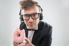 DJ, das Donut auf Arbeitsplatznahaufnahme isst Stockfotos