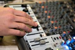 DJ, das an einem audiomixer an einem Nachtklub arbeitet Stockfotos