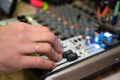 DJ, das an einem audiomixer an einem Nachtklub arbeitet Lizenzfreie Stockfotografie