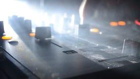 DJ, das in einem Nachtclub, Hände von DJ spinnt, mischt und verkratzt, zwicken verschiedene Bahnkontrollen auf DJ-` s Plattform,  stock video footage