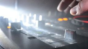 DJ, das in einem Nachtclub, Hände von DJ spinnt, mischt und verkratzt, zwicken verschiedene Bahnkontrollen auf DJ-` s Plattform,  stock video