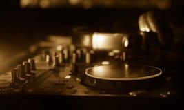 DJ, das in einem Nachtclub, Hände von DJ spinnt, mischt und verkratzt, zwicken verschiedene Bahnkontrollen auf Plattform, Runduml Lizenzfreie Stockfotografie