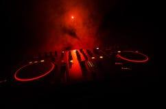 DJ, das in einem Nachtclub, Hände von DJ spinnt, mischt und verkratzt, zwicken verschiedene Bahnkontrollen auf Plattform, Runduml Lizenzfreies Stockbild