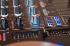 DJ, das in einem Nachtclub, Hände von DJ spinnt, mischt und verkratzt, zwicken verschiedene Bahnkontrollen auf Plattform, Runduml stockfotos