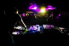 DJ, das in einem Verein spielt lizenzfreies stockbild