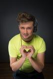 DJ, das Herz zeigt, unterzeichnen Stockbilder