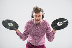 DJ, das mit Vinylaufzeichnung aufwirft Stockfoto