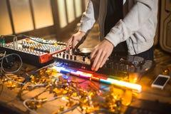 DJ, das modische Musik spielt lizenzfreies stockfoto