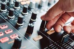 DJ, das Musik spielt lizenzfreies stockbild