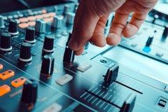 DJ, das Musik spielt stockbild