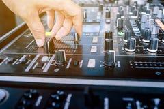 DJ, das Musik spielt lizenzfreie stockfotografie