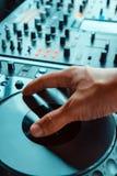 DJ, das Musik spielt lizenzfreie stockbilder