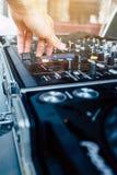 DJ, das Musik spielt stockfoto