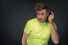 DJ, das seine Kopfhörer hält Lizenzfreies Stockbild