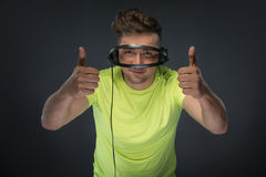 DJ, das seine Kopfhörer hält Lizenzfreie Stockfotos