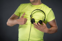 DJ, das seine Kopfhörer hält Lizenzfreie Stockfotografie