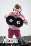 DJ, das Spaß mit Vinylaufzeichnung hat Lizenzfreie Stockfotografie