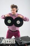 DJ, das Spaß mit Vinylaufzeichnung hat Stockbilder